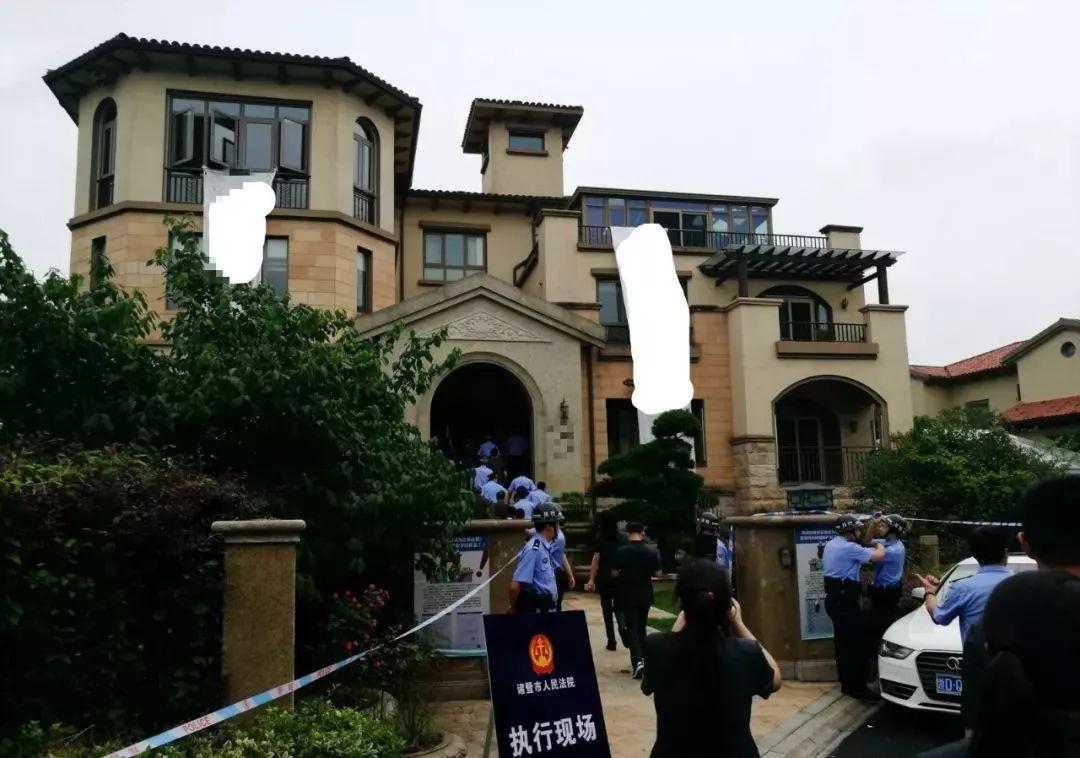 诸暨770㎡豪宅被强制腾房 现场200个箱子装满奢侈