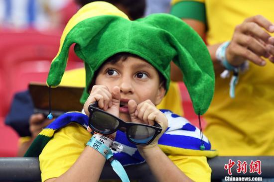 巴西小球迷满脸期待。 中新社记者田博川摄