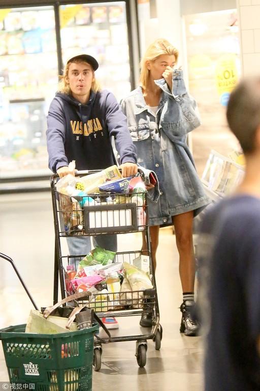 比伯陪未婚妻海莉逛超市 私下这一宠妻举动闪瞎
