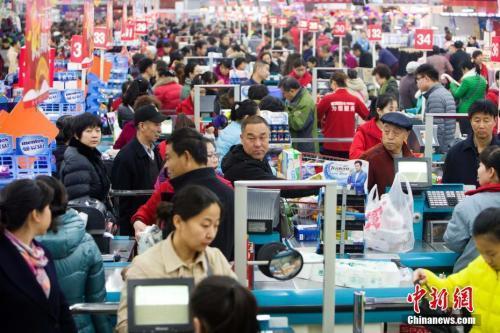 居民在超市里购物。张云摄
