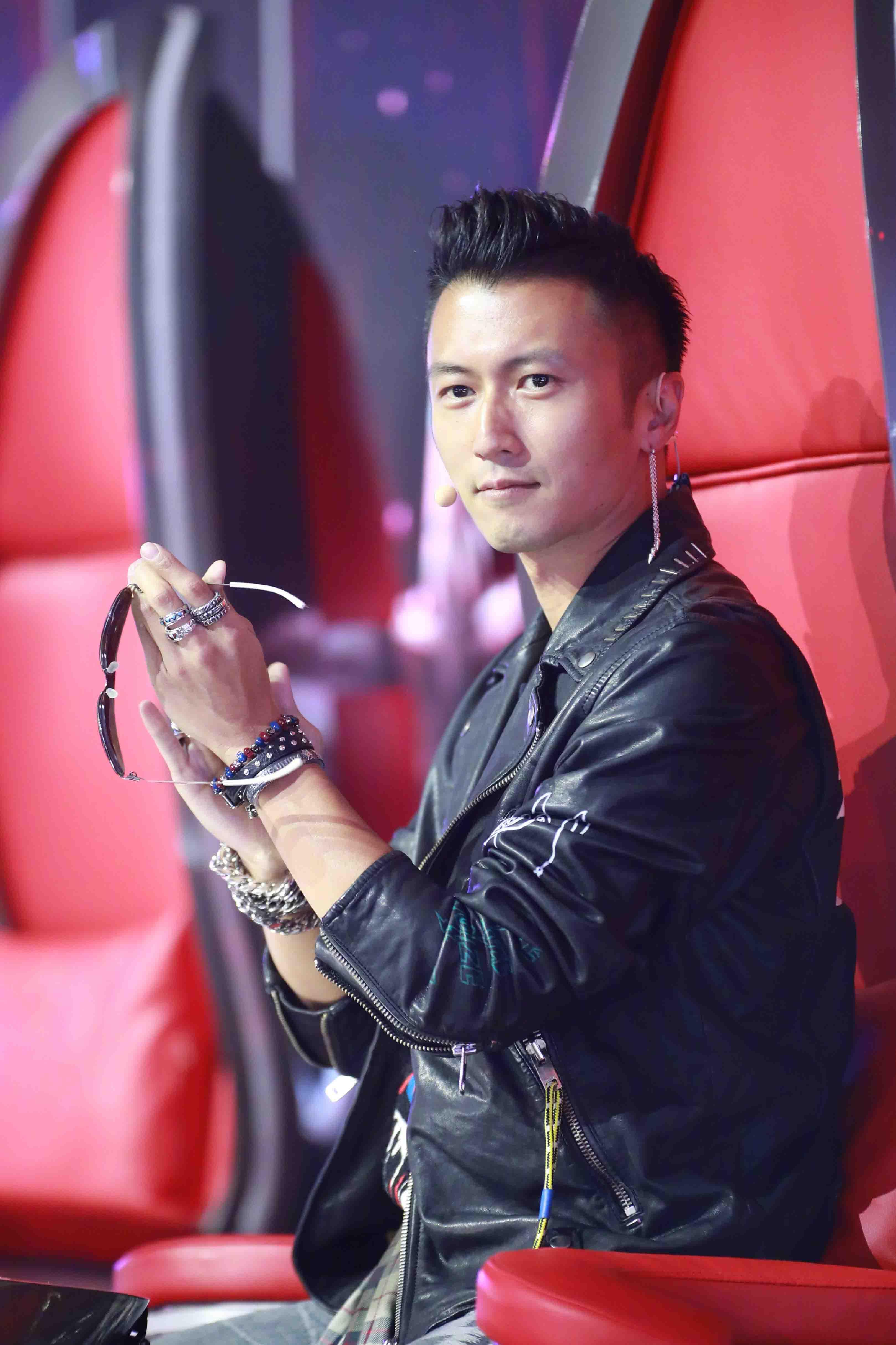 《中国好声音》谢霆锋遇粉丝 带领战队大排档聚餐