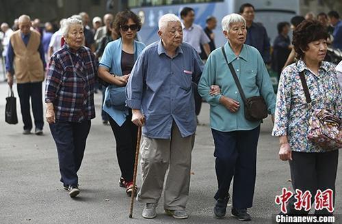 资料图:退休教师们参加活动。 <a target='_blank' href='http://www.chinanews.com/'>中新社</a>记者泱波摄
