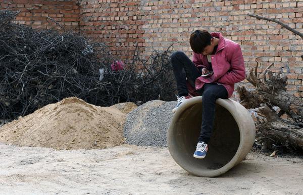 """缺乏监督,游戏成瘾手机依赖致农村孩子很""""受伤"""""""