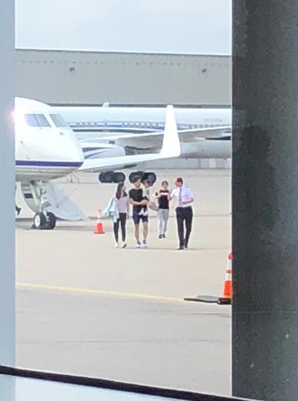 图为8月27日,刘强东和家人以及随行人员若干搭私人飞机在MSP机场落地