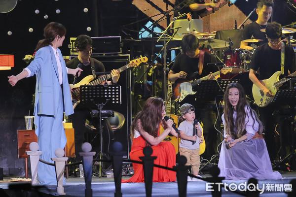 S.H.E演唱会劲宝惊喜登台 合唱经典歌曲呆萌可爱