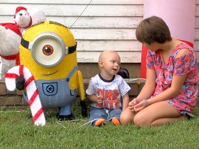 为了一个只剩一个月寿命的2岁男孩 小镇提前庆祝圣诞节