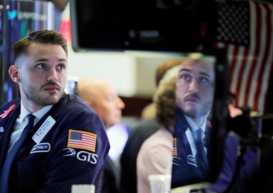 2018年10月10日,美国纽约,纽交所内一面镜子反射出的场内交易员身影。REUTERS/Brendan McDermid