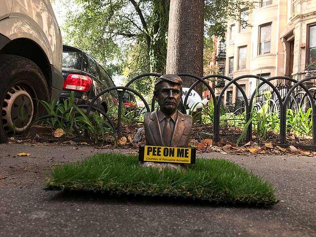 """纽约街头现特朗普小雕像 贴字""""向我撒尿"""""""