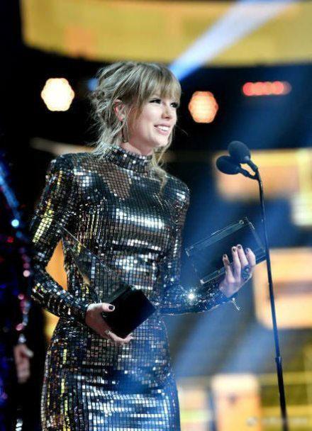 霉霉成为AMA获奖最多女艺人 共收获23座奖杯
