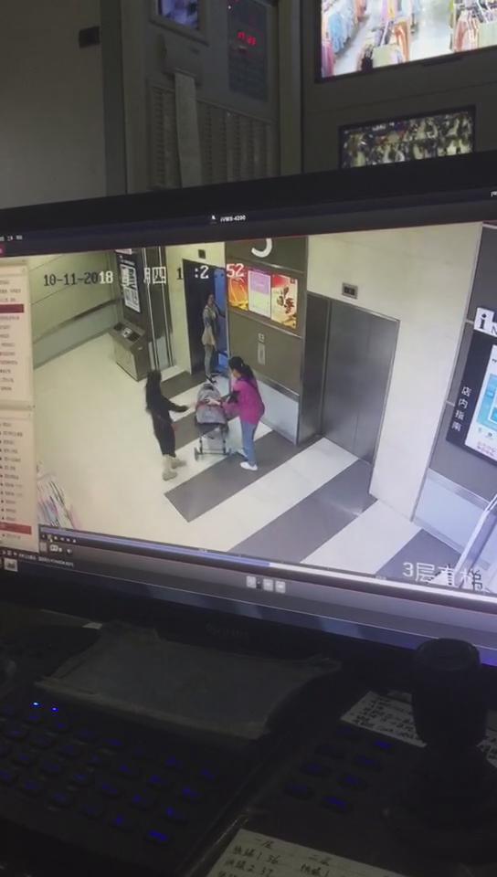 陌生女欲推3岁女童进电梯,宝妈听到哭喊声抢回孩子,警方已介入