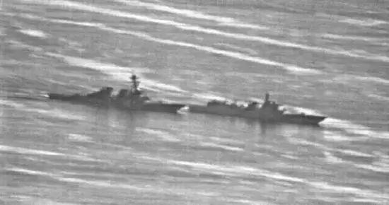 """▲左为美国海军""""迪凯特""""号驱逐舰,右为中国海军""""兰州""""号驱逐舰,两舰最近时只有40米左右。(美国海军)"""