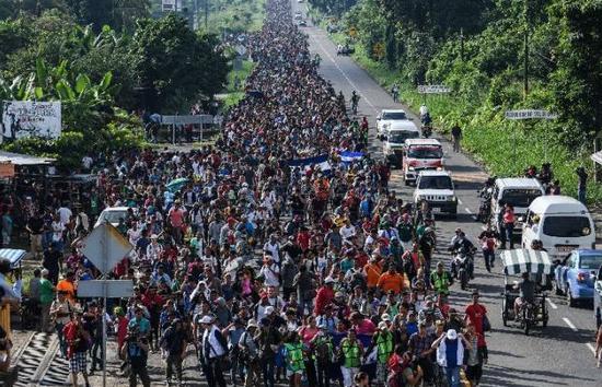 """图为浩浩荡荡的""""移民大篷车队""""。(图源:路透社)"""