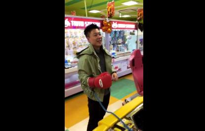 李小鹏晒视频手打沙包 李安琪在身后鼓掌支持