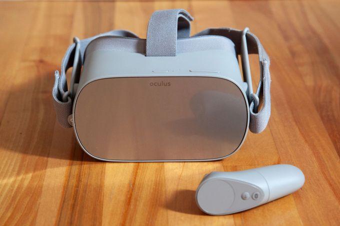 Oculus Go虚拟现实头显 新的架构,将使Facebook能协调公司在硬件和软件方面的努力,使洞察力能更直观地应用于该公司计划推出的产品。 鉴于虚拟现实普及缓慢和增强现实面临的技术挑战,这一结构有助于Oculus通过迭代产品获得长期成功,而非仅仅在市场上推出产品。 如果Facebook要战胜Magic Leap等专注于增强现实的公司,以及苹果等觊觎增强现实的大牌公司,它需要实现效率的最大化。如果Facebook要让开发者和用户对这些新一代计算平台感兴趣,它必须生产出集先进技术与易用性于一体的产品,不