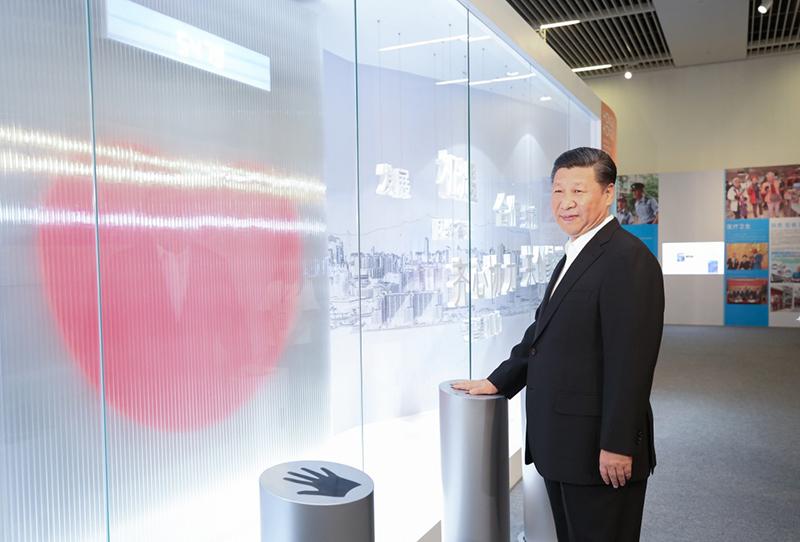"""6月26日,中共中央总书记、国家主席、中央军委主席习近平在国家博物馆参观香港回归祖国20周年成就展。这是习近平按下""""同心圆""""互动装置的触摸板。这个""""同心圆""""互动装置代表着香港同胞和内地同胞齐心协力、携手合作,一起为国家发展贡献力量。新华社记者姚大伟摄"""