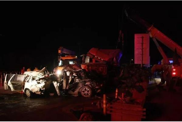 兰海高速致15死事故:向每位死者家属预付10万丧葬费