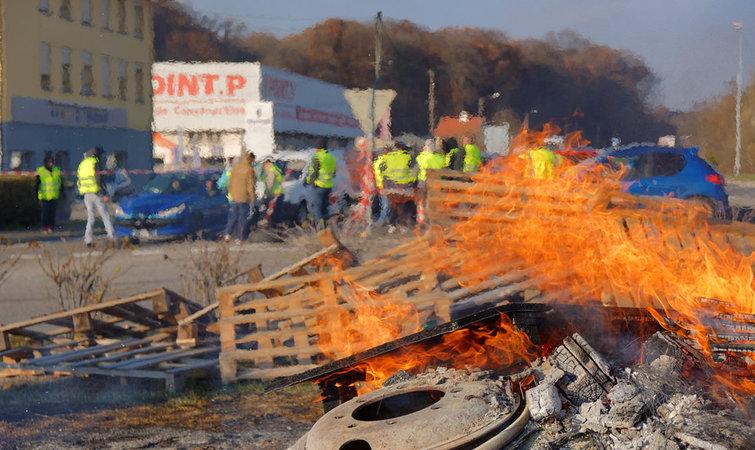 法国政府对燃油加税应对气候变化,结果却引发大规模抗议