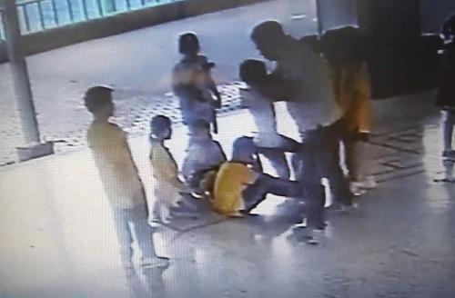 台湾一小学老师被曝长期体罚学生 抓孩子撞墙截图