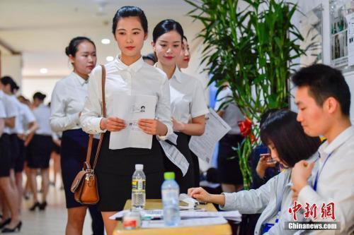 资料图:正在参加校园招聘的大学生。<a target=&#39;_blank&#39; href=&#39;http://www.chinanews.com/&#39;>中新社</a>记者骆云飞摄