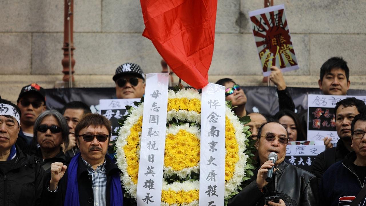 香港市民在日本领馆前举国旗示威要求承认大屠杀罪责