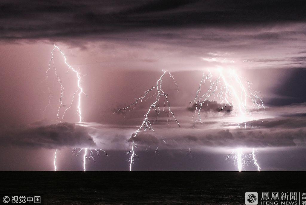 印尼火山爆发引发神奇一幕 闪电照亮了喀拉喀托火山地带的海底