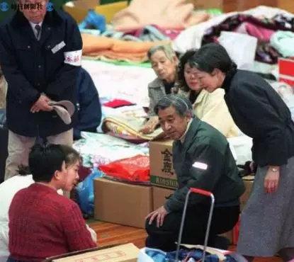 ▲1995年,明仁天皇夫妇在中心体育馆看看并安慰阪神大地震的受灾民多
