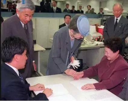 ▲明仁天皇夫妇参不益看每日音信大阪总社。皇后同负责触读校阅的藤野女士握手。