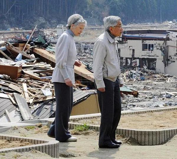 ▲2011年4月27日,明仁天皇夫妇视察地震灾区悼唁物化难者。