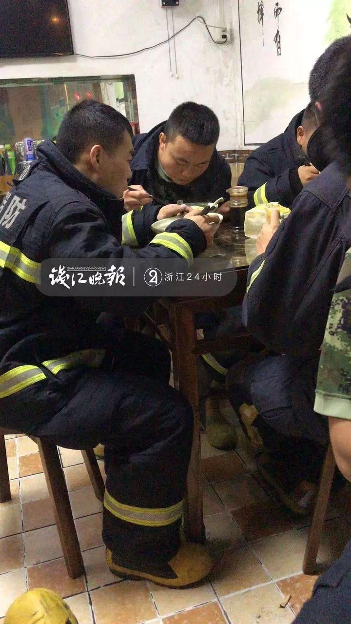 暖新闻:消防员救火回来吃宵夜,老板死活不收钱!