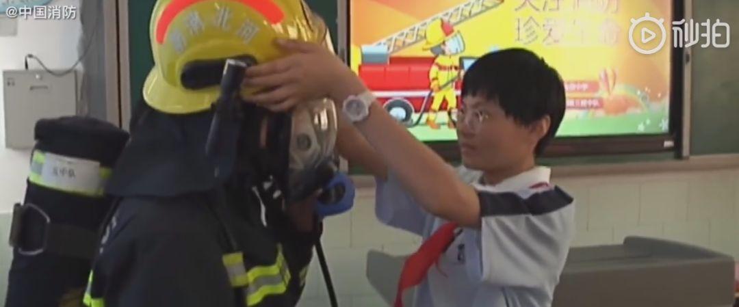 暖新闻:他摘下头盔的一刹那,泪目了