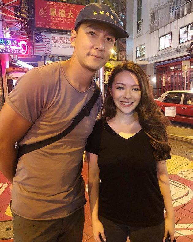 吴彦祖香港街头被偶遇 与迷妹歌手亲切合影