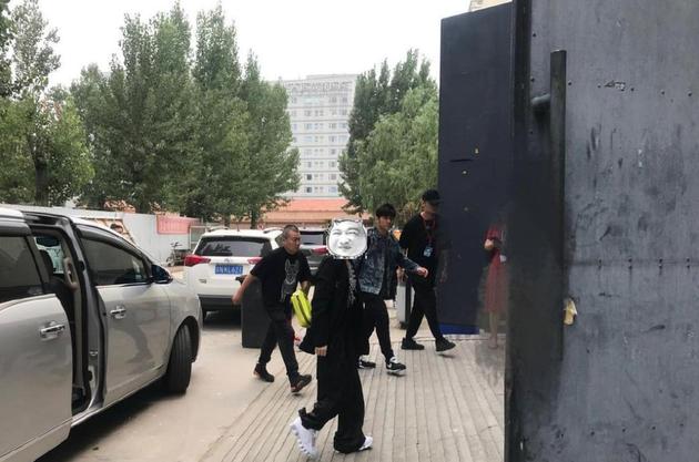 """新歌要来了?网友北京偶遇周杰伦被赞""""又高又瘦"""""""