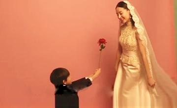 36岁董洁再披婚纱 帅儿子献花