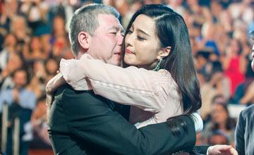 范冰冰拿下国际影后 第一时间激动拥抱冯小刚