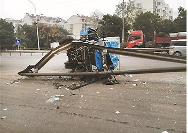 司机打瞌睡 货车撞护栏翻车