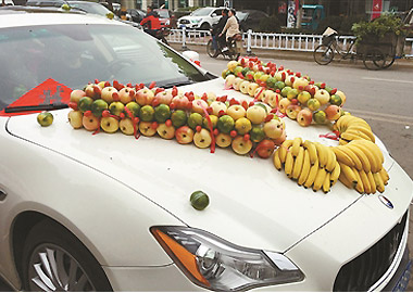 婚车装扮不摆鲜花摆水果 新郎:浪漫不浪费