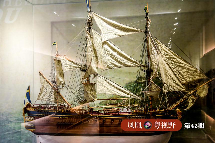 """1745年,""""哥德堡""""号商船踏上第三次中国之行返程时,遭遇了暴风雨袭击沉没,然而打捞出来的不到三分之一的中国瓷器、丝绸、茶叶等货物,拍卖之后的所得,在除去船的损失及打捞费用后,剩下的钱还足够重建一艘""""哥德堡号"""",利润之高可见一斑。图为:""""哥德堡""""号模型。"""