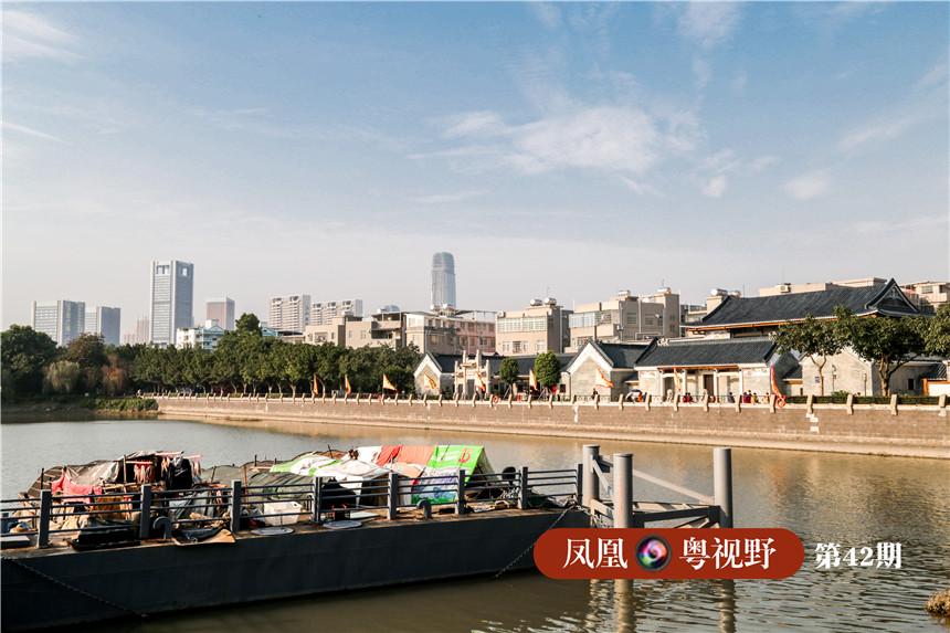 在黄埔古港遗址处,可以看见黄埔古港全貌,以及背后拔地而起的高楼大厦。