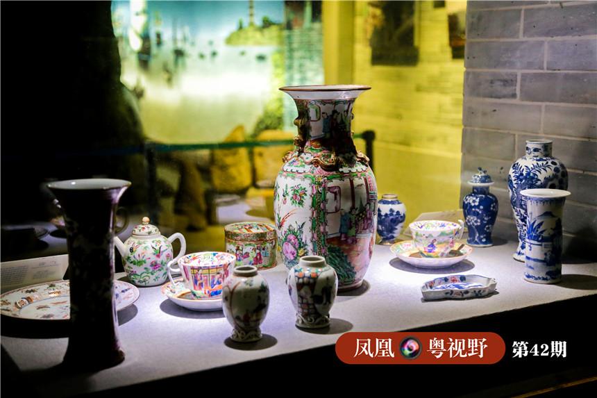 当时,陶瓷、丝绸、茶叶成为西方贵族最为期待的奢侈品,满载货物的商船在秋天挂帆而去,经过半年的航行才抵达大西洋彼岸。图为:馆内展出的陶瓷工艺品。