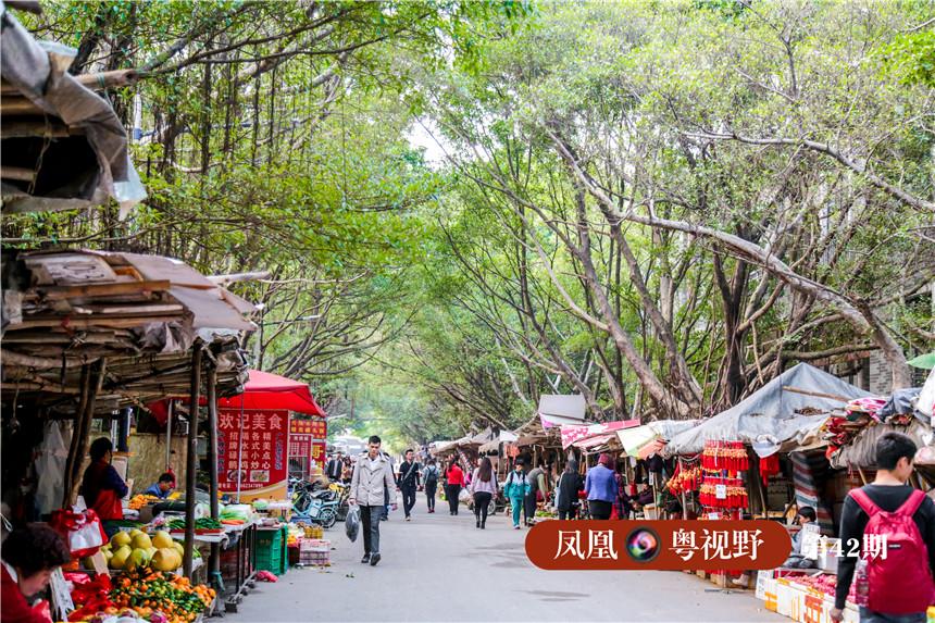 在古村入口的小道两旁,摆卖农产品、纪念品的商户一字排开,仿佛看到了当年商贾往来的繁荣景象。