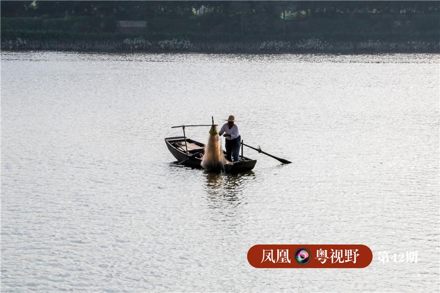 港口上,偶尔可见渔民在江上打鱼。