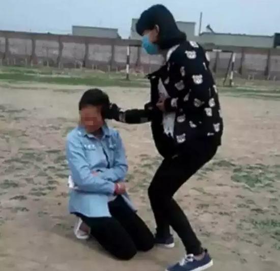 女孩校园遭殴打 逼迫下跪打耳光脱衣服 - 十年井绳 - 十年井绳博客