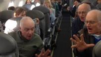 转角看到爱:飞机晚点 合唱团爷爷为乘客唱起了歌