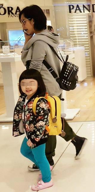 """朱茵带女儿买买买 黄贯中变""""八袋长老""""当挑夫"""