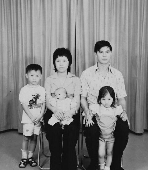 袁咏仪晒童年黑白全家福 全家都是高颜值 [有看点]
