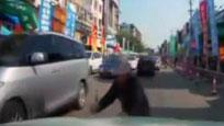 监控:大叔碰瓷演技太浮夸 泥鳅般钻入车底