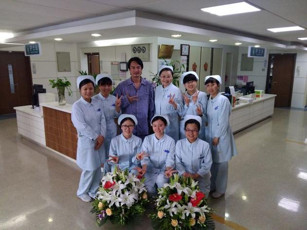 李泉腿伤复发住院 与护士共度护士节 [有看点]