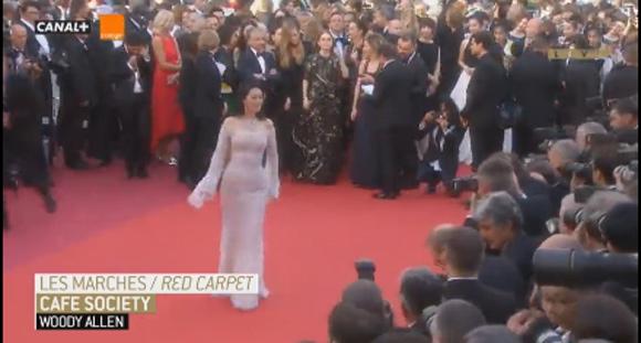 女王巩俐现身戛纳红毯 官方转播镜头长达2分钟