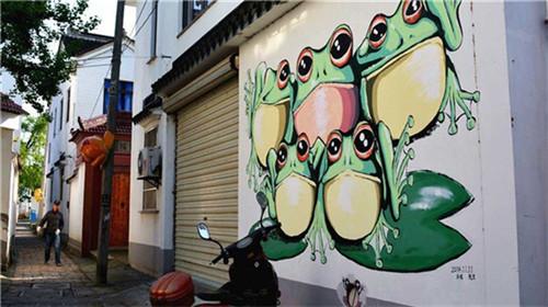 """走在村子里,在墙壁,院落,电线杆上,随处可见各类""""青蛙""""的涂鸦和模型.图片"""