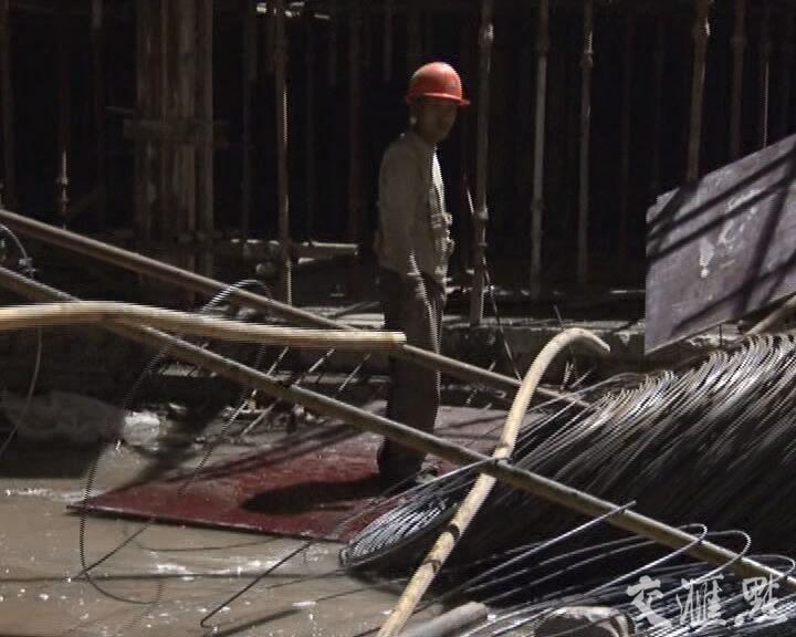 十几根钢管60多米高空突然坠落 2名合肥多色冰淇淋机价格工人被砸中受重伤